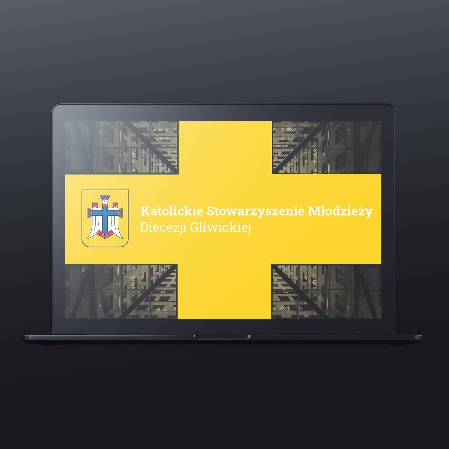 Laptop przedstawiający logo oraz napis Katolickie Stowarzyszenie Młodzieży Diecezji Gliwickiej